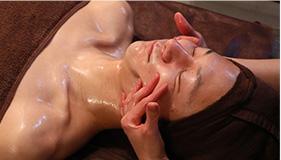 肌の状態に合わせハンドマッサージと機械で施術